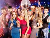集团在派对上跳舞. — 图库照片