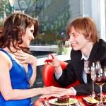 Man propose marriage to girl. — Stock Photo