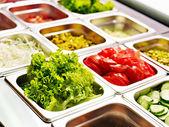 Plateau avec de la nourriture sur la vitrine à la cafétéria — Photo