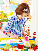 Child painting at easel. — Fotografia Stock