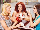 Femmes à boire du café dans un café de portable. — Photo