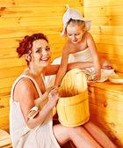 Família com criança relaxante sauna. — Fotografia Stock