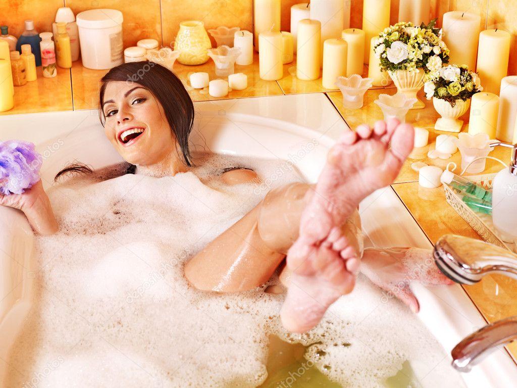 Грудастая девушка принимает ванну после вечеринки  258570