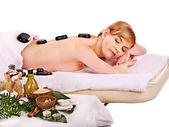 Frau erhält wellnessbehandlung im freien. — Stockfoto