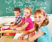 Schule kind sitzt im klassenzimmer. — Stockfoto