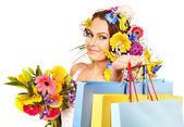 购物袋持花的女人. — 图库照片