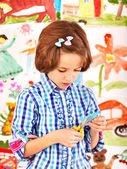 Kind, die malerei an der staffelei. — Stockfoto