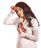 Frau mit kopfschmerzen nehmen pillen und tabletten. — Stockfoto