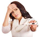 Kvinna med rökkanalen med termometer. — Stockfoto