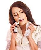 Młoda kobieta przy użyciu spray gardła. — Zdjęcie stockowe