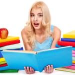 Студент с книгой стека — Стоковое фото