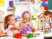 Barn måla vid staffli. — Stockfoto