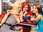 Bir kafede dizüstü kadınlar. — Stok fotoğraf