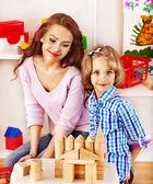 Gezin met kind spelen bakstenen. — Stockfoto