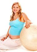 怀孕的女人运动. — 图库照片