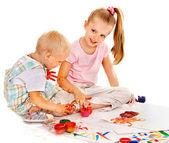 Kind, gemälde von finger malen. — Stockfoto