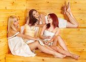 Vriend ontspannen in de sauna. — Stockfoto