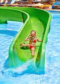 Enfant sur le toboggan au parc aquatique. — Photo