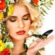 Женщина с бабочка и цветок — Стоковое фото