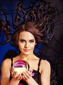 Jovem mulher com bola de cristal. — Foto Stock