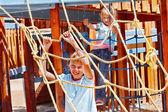 Kinderen verhuizen te glijden in speeltuin — Stockfoto