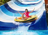 孩子的母亲在水幻灯片上水族公园. — 图库照片