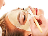 Clay facial mask in beauty spa. — Stockfoto
