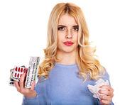 Jonge vrouw met zakdoek met koud. — Stockfoto