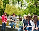 Grupo de música de escuta de parque de cidade. — Fotografia Stock