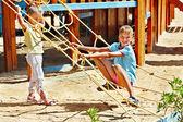 Enfants sortir de glisser dans l'aire de jeux — Photo