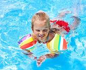 Kollukları Yüzme Havuzu ile çocuk. — Stok fotoğraf