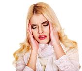 Baş ağrısı olan genç bir kadın. — Stok fotoğraf