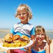 Kinder essen Fast food — Stockfoto