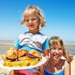 criança comendo fast-food — Foto Stock