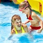 crianças no escorrega no parque aquático — Foto Stock