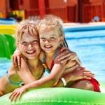 儿童在水幻灯片上水族公园 — 图库照片