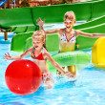 enfant sur le toboggan au parc aquatique — Photo