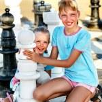 enfants jouent aux échecs en plein air — Photo