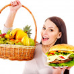 mujer elegir entre fruta y hamburguesa — Foto de Stock