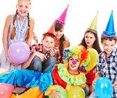 Urodziny strony grupa nastolatków z klauna. — Zdjęcie stockowe