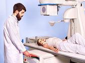 Paciente en sala de rayos x a doctor. — Foto de Stock