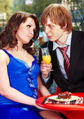 Couple eating cake in restaurant. — Stock Photo