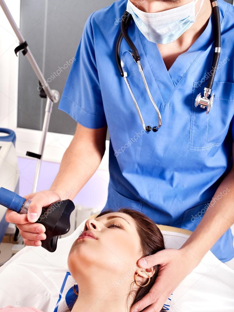Анестезиолог наденет маску