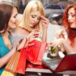 Women at laptop in a cafe. — Stock Photo