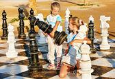 Kinderen spelen schaken buiten. — Stockfoto