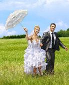 Bruden och brudgummen sommaren utomhus. — Stockfoto