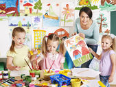 Crianças com a professora na escola. — Foto Stock
