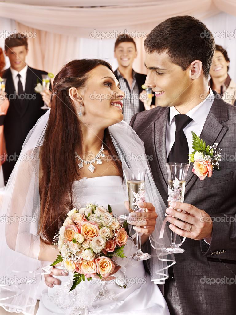 Couple de mariage buvant du champagne photographie poznyakov 27608901 - Photo de mariage couple ...