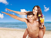 Couple with cocktail at Hawaii wreath beach. — Stock Photo
