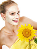 Femme avec masque facial. — Photo